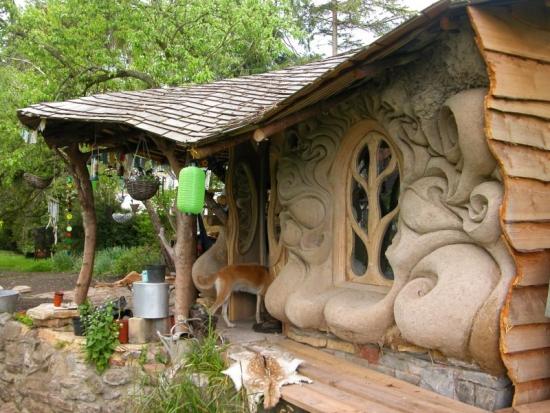 Cabana chirpici cu modele pe fatada