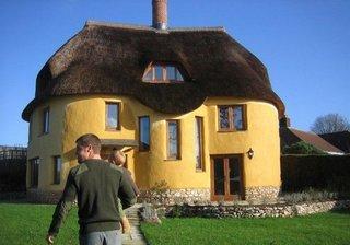 Casa cu etaj din lut cu acoperis din stuf