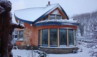 Casa din lut cu bovindou