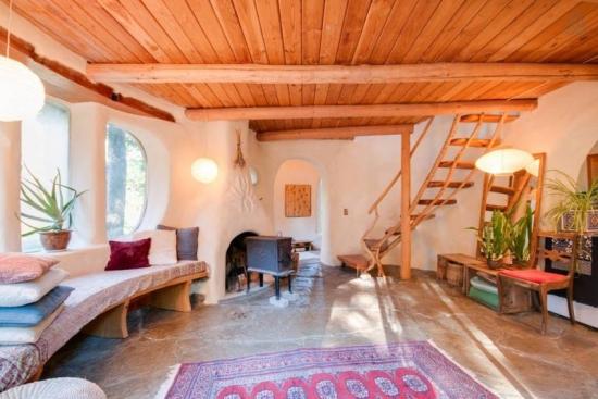 Interior living casa din lut