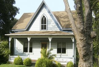 Casa alba de lemn cu veranda acoperita