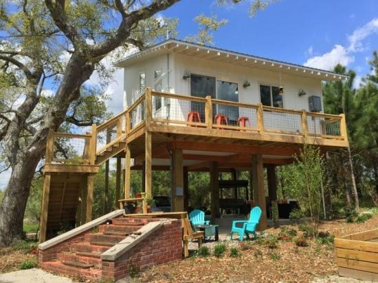 Casa construita pe piloni inalti de lemn