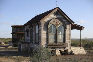 Casa din lemn asezata pe lespezi de piatra