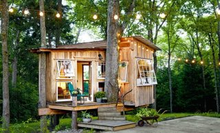 Casa din lemn construita intre copaci
