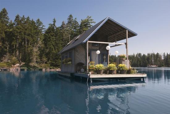 Casa mica amplasata pe lac