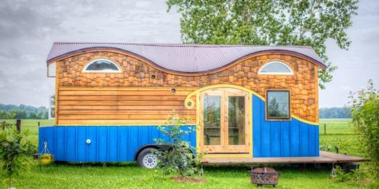 Casa mica din lemn colorata vesel