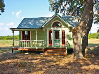 Casa mica din lemn construita in stil victorian