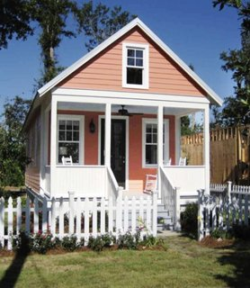 Casa mica fara fundatie inaltata pe piloni