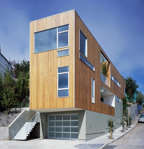 Casa cu fatada placata cu lemn