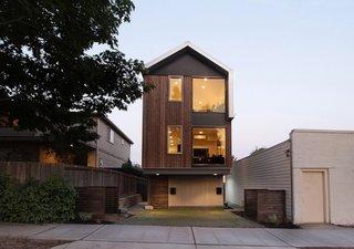 Casa ingusta din lemn construita pe doua etaje