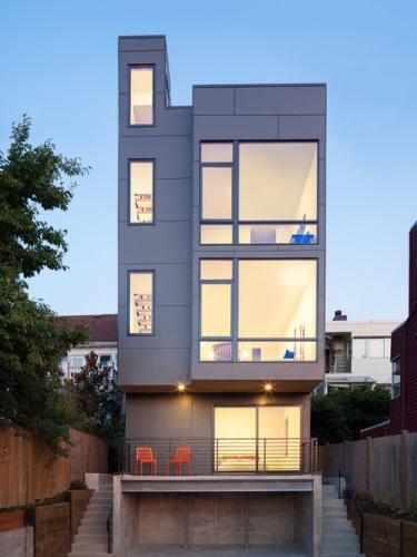 Casa moderna cu etaj construita pe teren foarte ingust