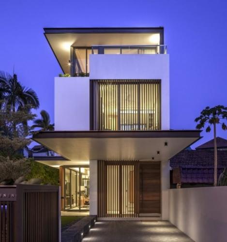 Plan casa ingusta cu etaj cu iesire in consola