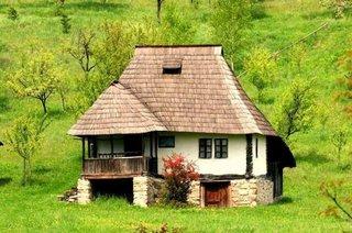Casa din chirpici cu acoperis cu sindrila