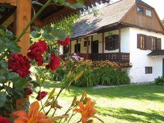 Casa din chirpici cu mansarda de lemn