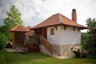 Casa mica cu soclu din piatra