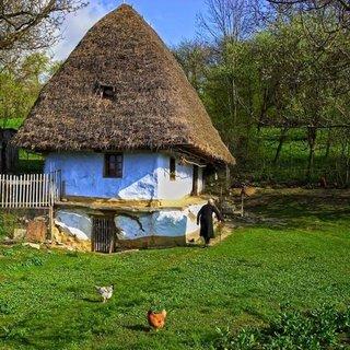 Casa mica din lut si acoperis de paie