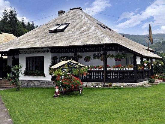 Casa romaneasca cu acoperis din lemn