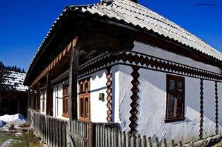 Casa romaneasca cu fatada pictata