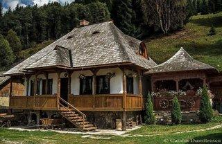 Casa traditional romaneasca cu soclu ridicat