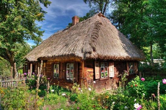 Casa veche cu acoperis din paie