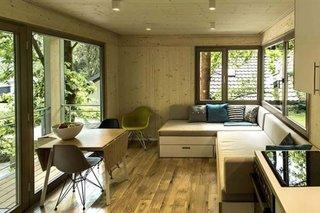 Living mic amenajat cu canapea extensibila pe colt si loc pentru masa