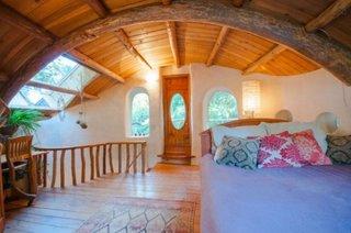 Dormitor casa chirpici cu podea si tavan de lemn
