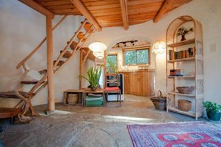 Hol interior cu scara lemn rustica