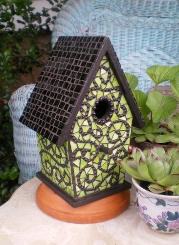 Casuta pentru pasari decorata cu mozaic