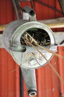 Stropitoare veche din alama pe post de casuta de pasari
