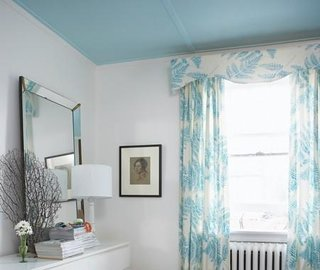 Dormitor cu tavan in culoare contrastanta fata de pereti