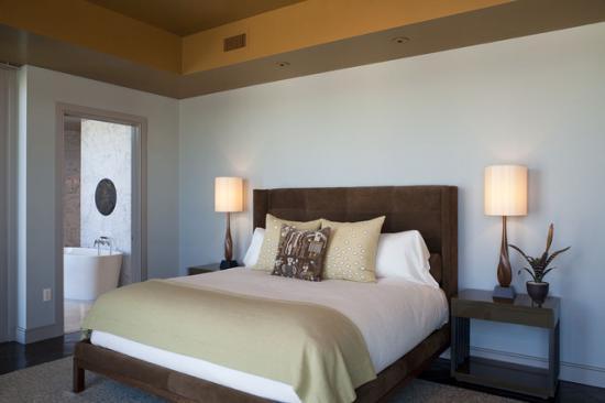 Dormitor cu tavan portocaliu si peretii deschisi