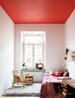Dormitor cu tavan rosu si peretii roz foarte pal