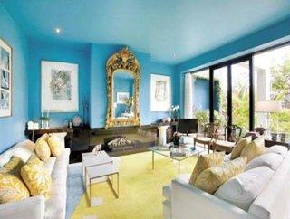 Living cu peretii si tavanul in aceeasi nuanta