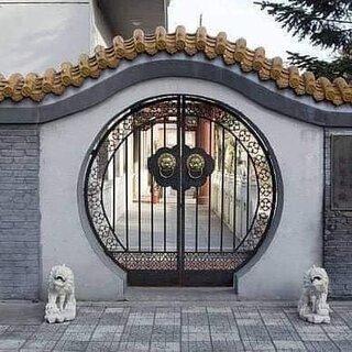 Gard din beton si porti din fier forjat cu model
