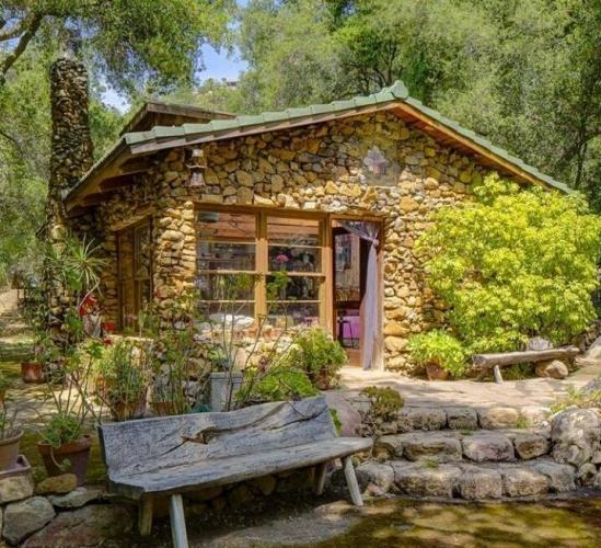 Casa placata cu piatra