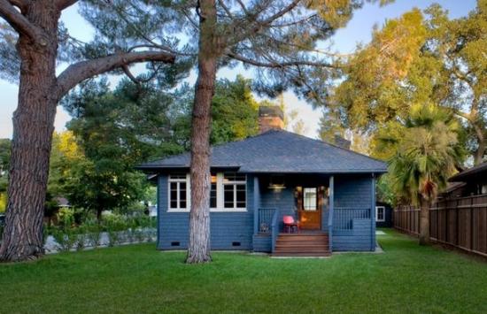 Casa din lemn vopsita cu albastru