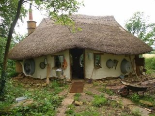 Casa mica construita ecologic din lut si paie