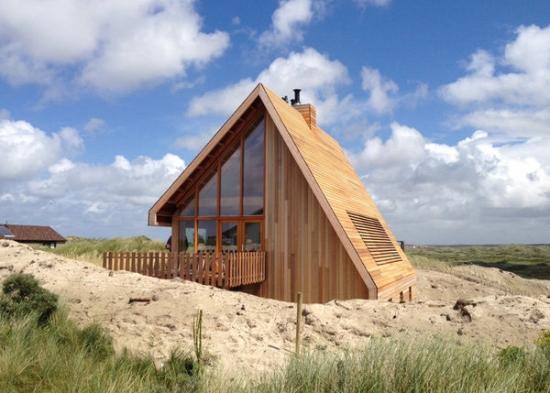 Casa mica construita integral din lemn