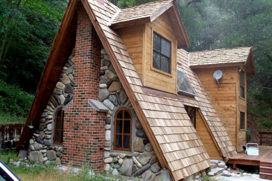 Casa mica din piatra in forma de A