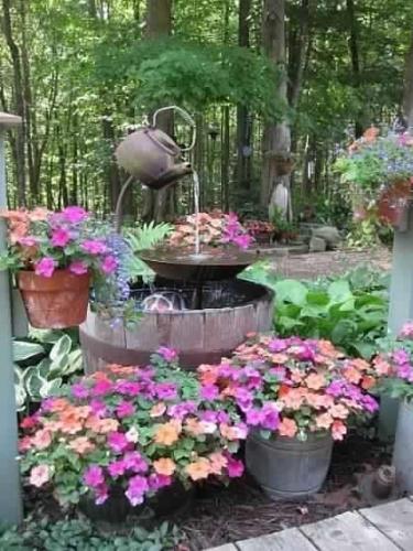 Ornament de gradina cu flori in jurul cismelei