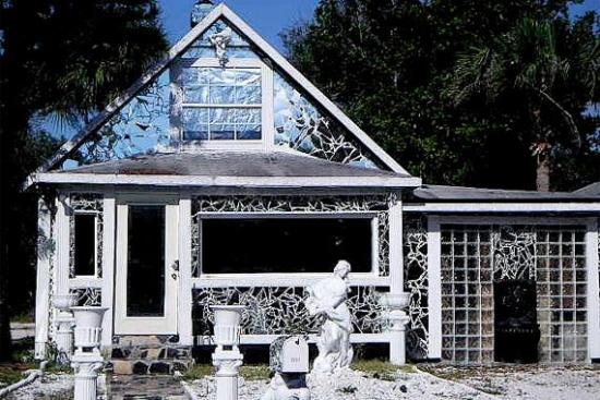 Casa construita din bucati de sticla si oglinzi