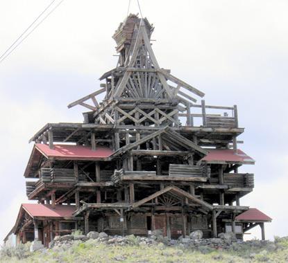 Casa din lemn construita in stil templu