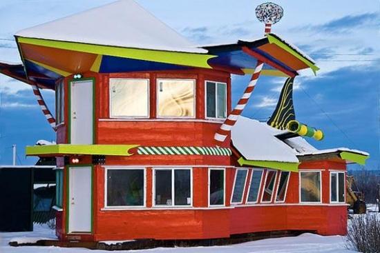 Casa colorata cu forma ciudata de la Polul Nord