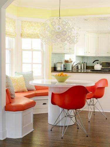 Coltar de bucatarie alb cu portocaliu si masa rotunda cu scaune