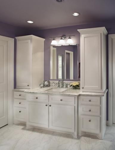 Baie cu mobilier clasic alb si pereti lila
