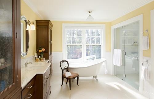 Baie cu pereti galben cu alb si mobilier din lemn