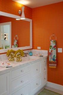 Baie decorata cu portocaliu si alb
