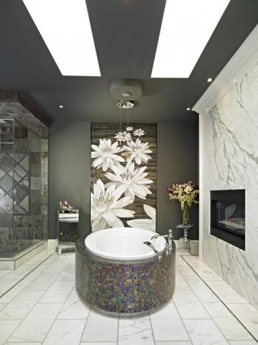 baie moderna cu gri si mozaic argintiu cu reflexii