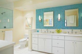 Baie moderna amenajata cu mozaic bleu si mobilier alb