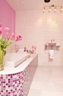 Baie romantica roz cu cada placata cu mozaic